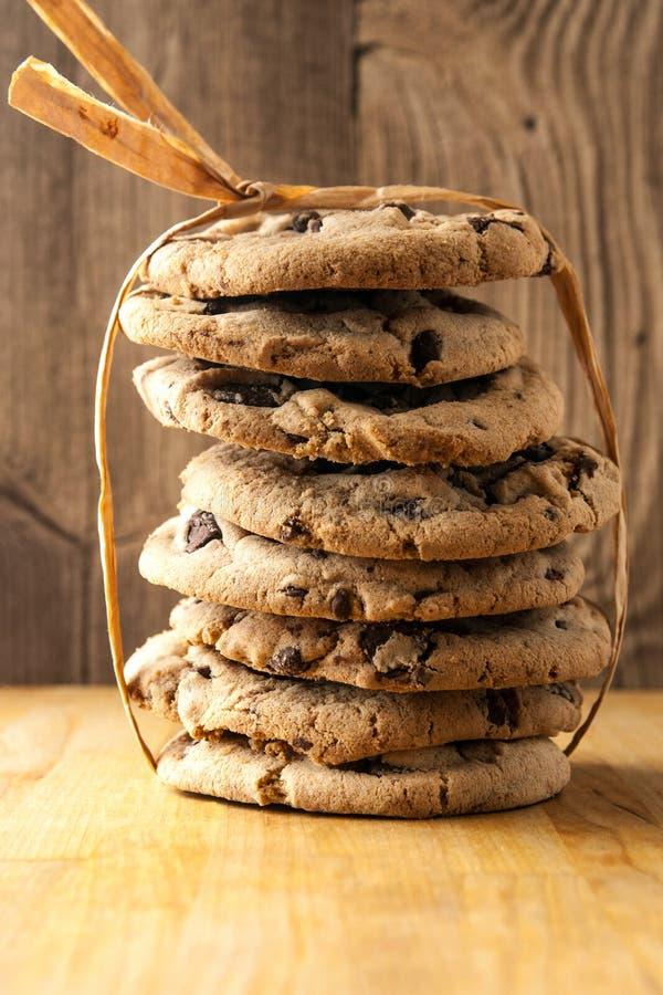 Pila alta de galletas de microprocesador de chocolate foto de archivo