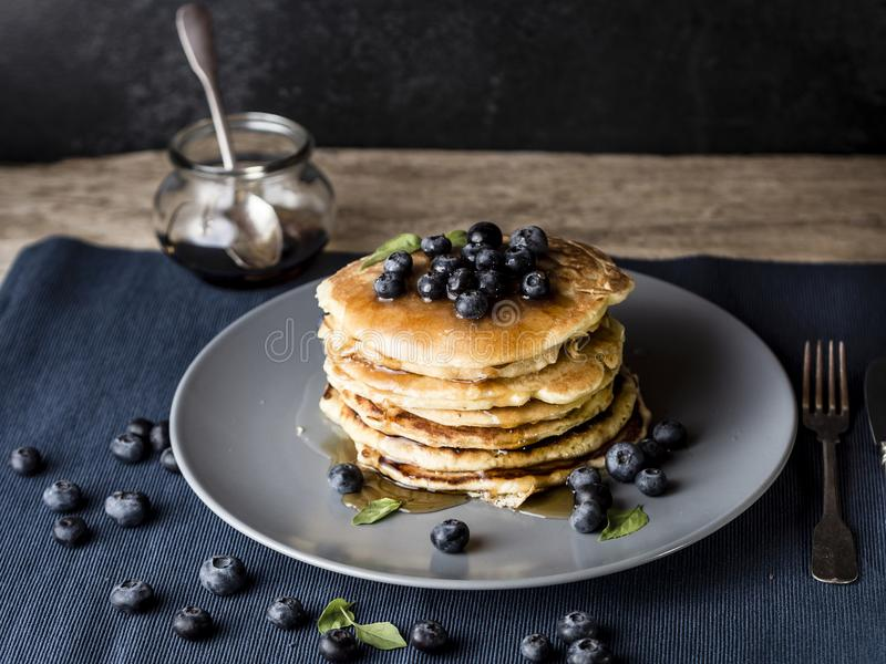 Pila americana del pancake con la guarnizione del mirtillo fotografia stock libera da diritti