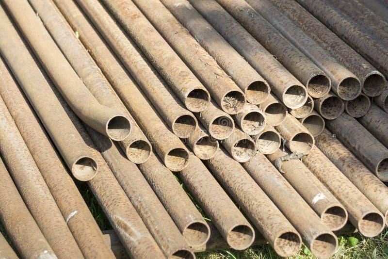 Pila arrugginita dei tubi del metallo fotografie stock libere da diritti