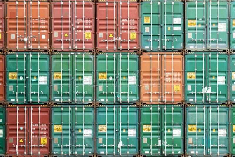 Pila colorida de envase en puerto industrial foto de archivo