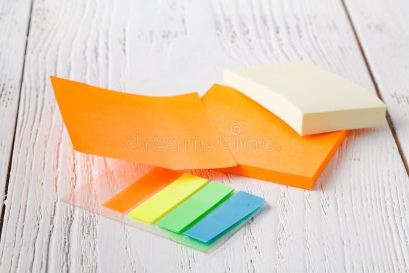 Pila colorida de notas pegajosas Primer macro nota del poste, cuaderno de notas imagen de archivo