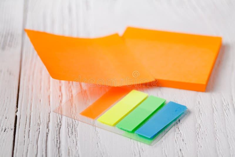 Pila colorida de notas pegajosas Primer macro nota del poste, cuaderno de notas imagen de archivo libre de regalías