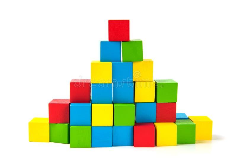 Pila colorida de unidades de creación de madera del cubo en el fondo blanco fotos de archivo libres de regalías