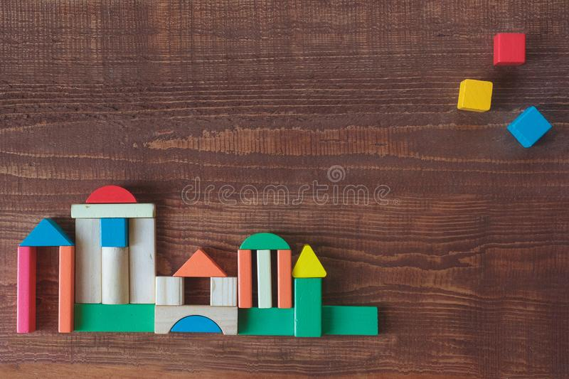 Pila colorida de unidades de creaci?n de madera del cubo imagen de archivo libre de regalías