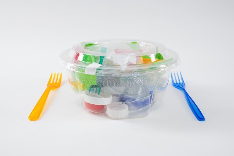 Pila dañina de basura plástica y de pedazos puestos dentro del envase transparente fotografía de archivo libre de regalías