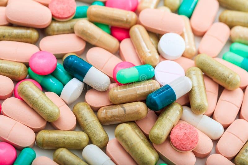 Pila de antecedentes completos de las píldoras imagenes de archivo