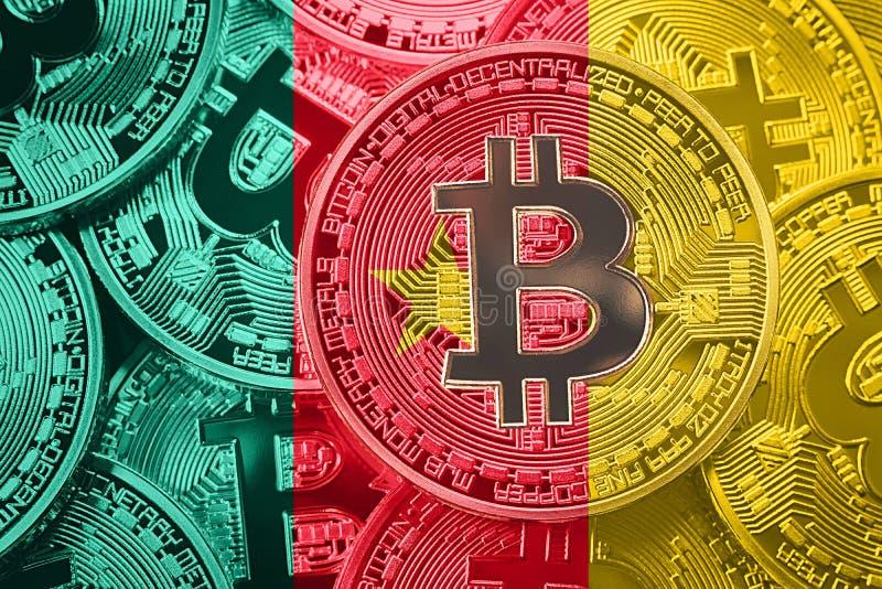 Pila de bandera de Bitcoin el Camerún Concepto de los cryptocurrencies de Bitcoin imagen de archivo
