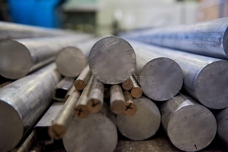 Pila de barras de aluminio imagenes de archivo