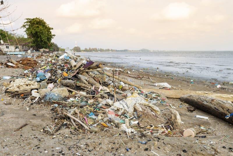 Pila de basura en la playa en Tailandia fotos de archivo libres de regalías