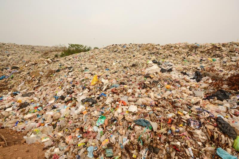 Pila de basura en la región del este del norte de Tailandia, en la descarga fotos de archivo