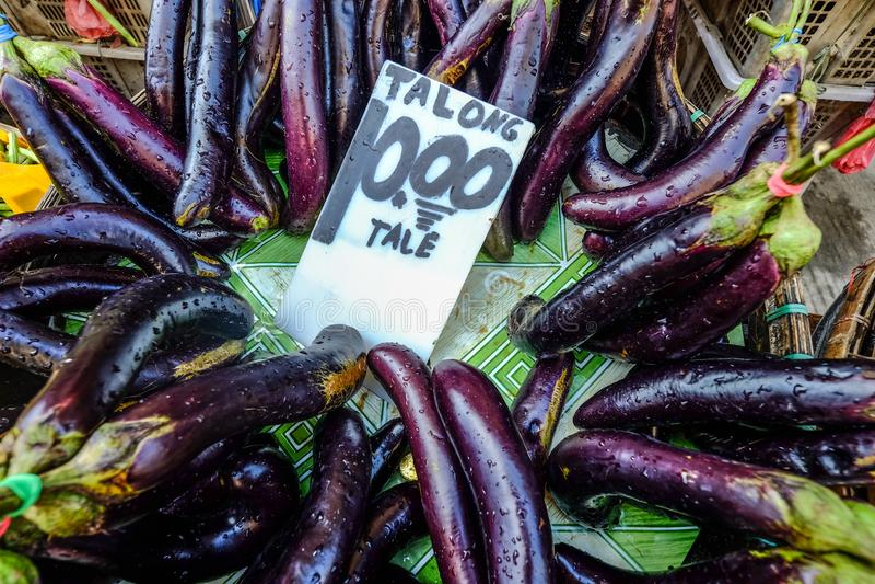 Pila de berenjenas en el mercado rural foto de archivo libre de regalías