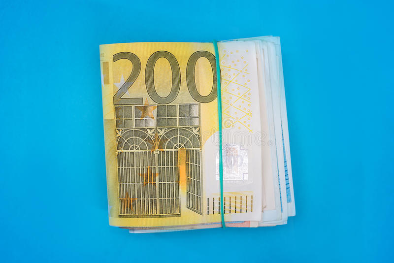 Pila de billete de banco del euro 200 aislado imagen de archivo