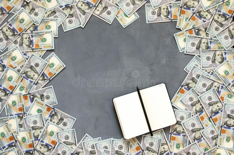Pila de billetes de dólar fotografía de archivo libre de regalías