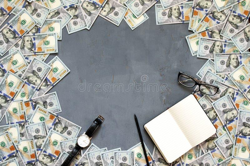 Pila de billetes de dólar foto de archivo