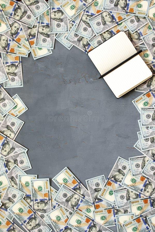 Pila de billetes de dólar fotografía de archivo