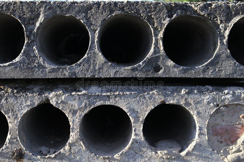 Pila de bloques de cemento huecos reforzados prefabricados del cort en un taller de la fábrica de la construcción inmobiliaria Fo fotos de archivo libres de regalías