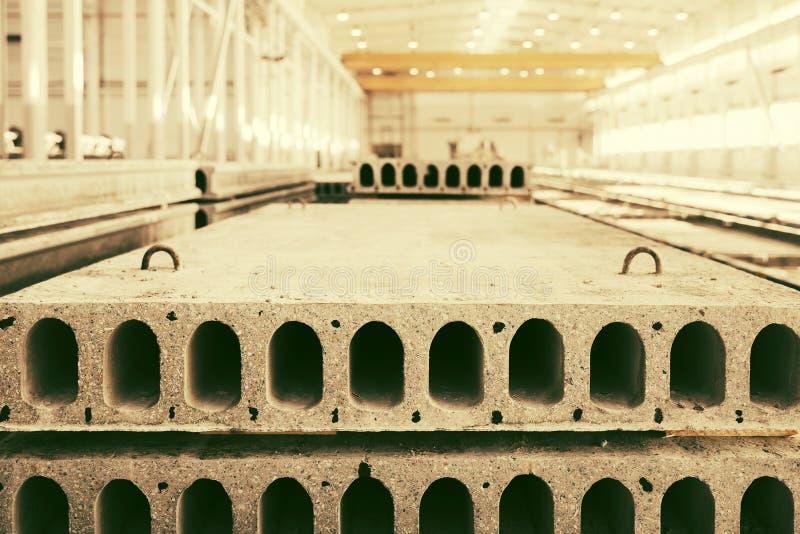 Pila de bloques de cemento reforzados prefabricados en un taller de la fábrica fotografía de archivo