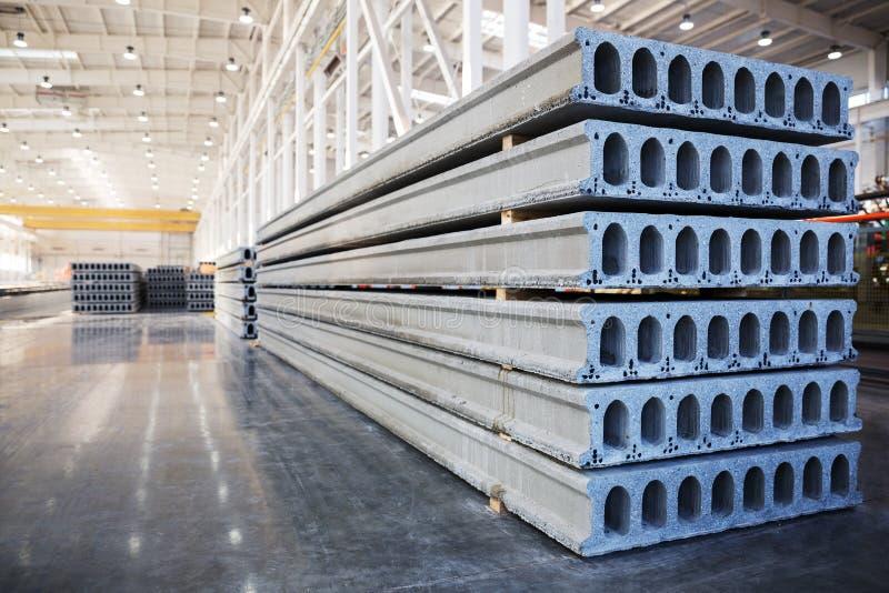 Pila de bloques de cemento reforzados en un taller de la fábrica foto de archivo libre de regalías