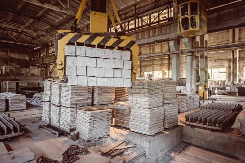 Pila de bloques de cemento reforzados prefabricados en una construcción inmobiliaria f fotografía de archivo