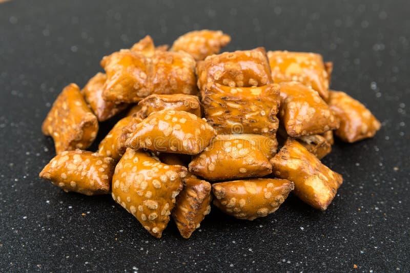 Pila de bocados crujientes de las almohadas del pretzel con el relleno imagen de archivo