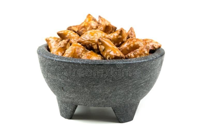 Pila de bocados crujientes de las almohadas del pretzel con el relleno fotografía de archivo