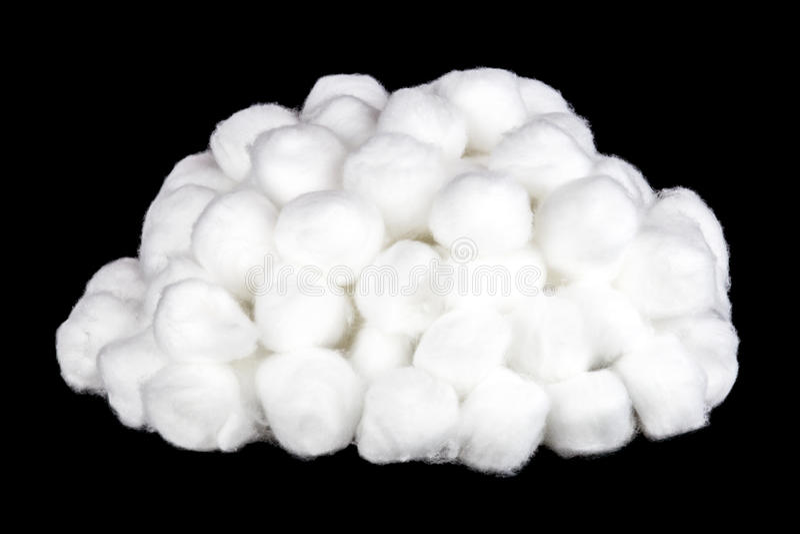 Pila de bolas de algodón en un fondo negro fotos de archivo