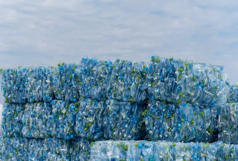 Pila de botellas plásticas del ANIMAL DOMÉSTICO foto de archivo libre de regalías