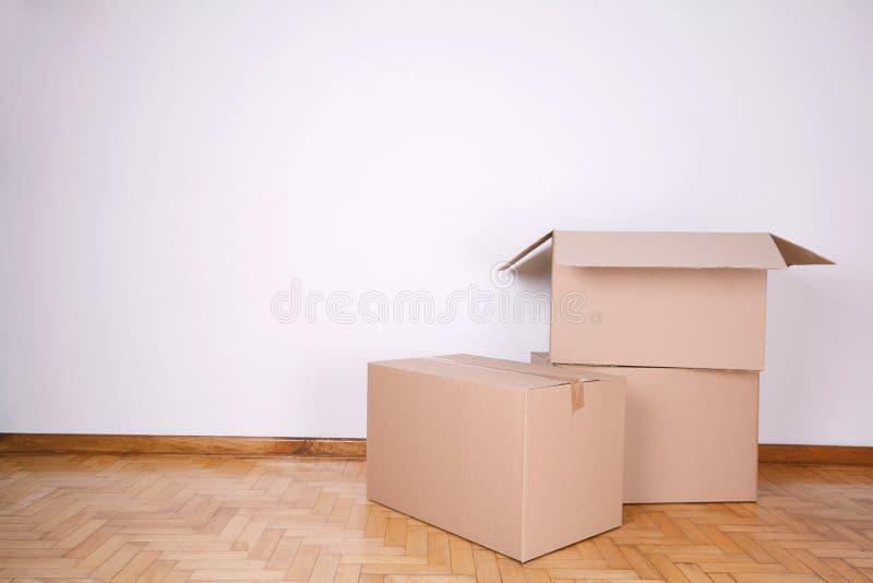 Pila de cajas de cartón con el espacio de la copia imagen de archivo