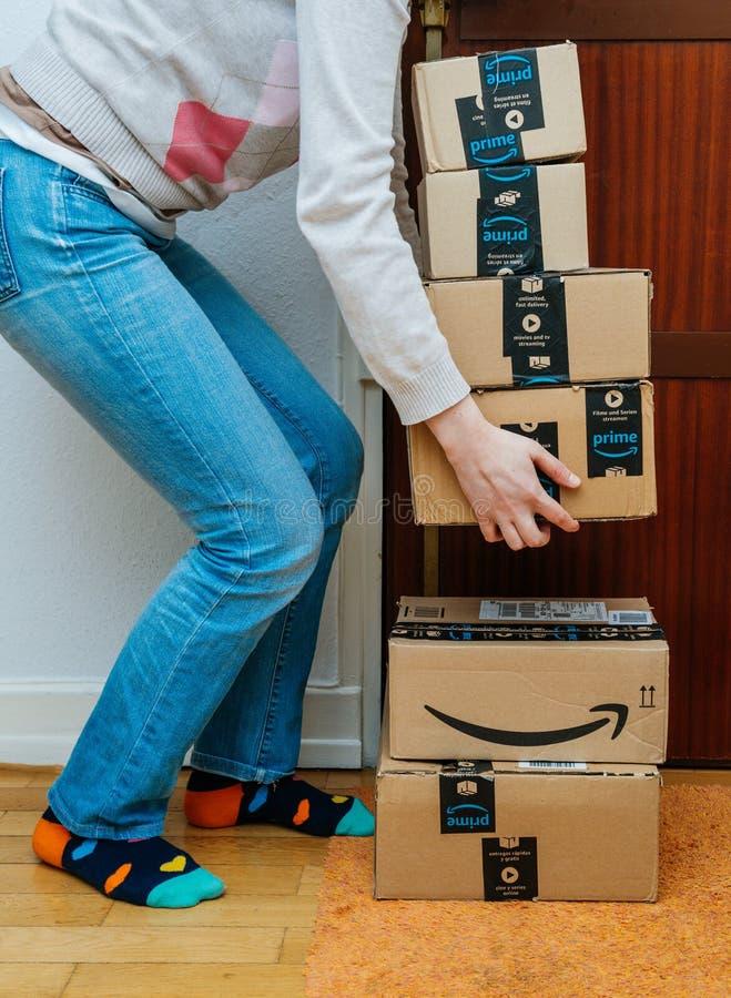 Pila de cajas de cartón del Amazonas fotos de archivo