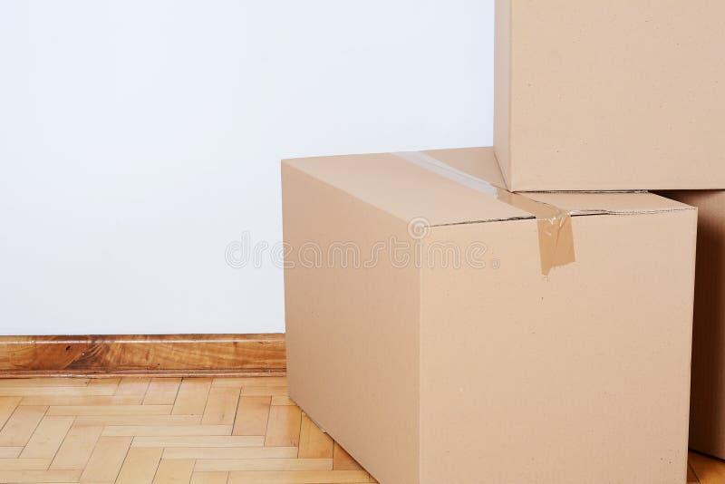 Pila de cajas de cartón en el cuarto vacío foto de archivo libre de regalías