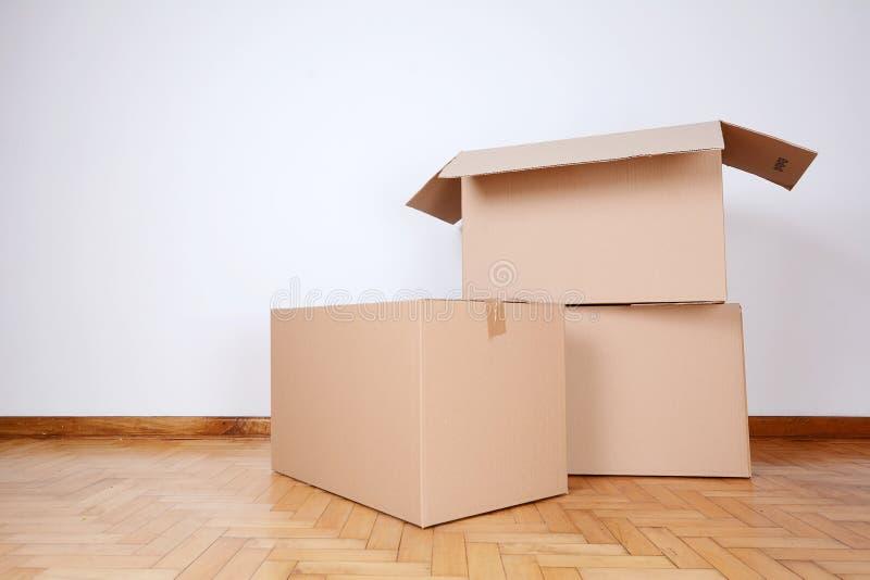 Pila de cajas de cartón en el cuarto vacío fotografía de archivo libre de regalías