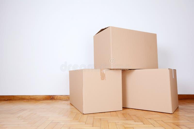 Pila de cajas de cartón en el cuarto vacío imágenes de archivo libres de regalías