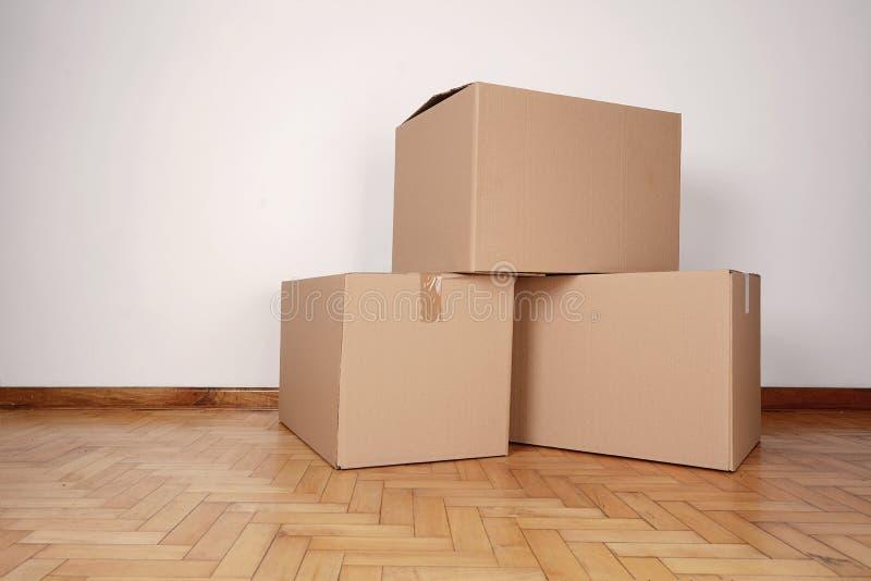 Pila de cajas de cartón en el cuarto vacío fotografía de archivo