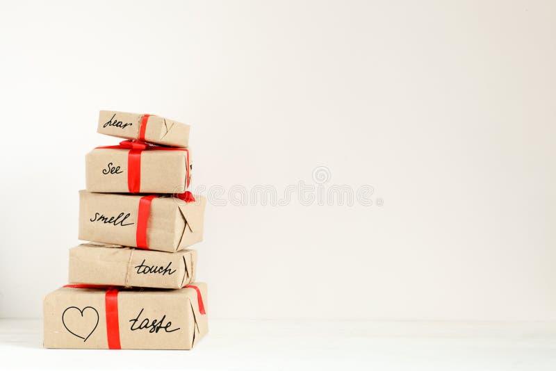 Pila de cajas del día de fiesta con sorpresa el día de San Valentín Concepto de aventura romántica el día de fiesta con el espaci imágenes de archivo libres de regalías