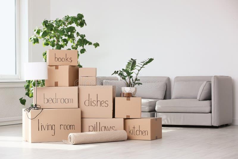 Pila de cajas y de materia de hogar móviles imagen de archivo libre de regalías