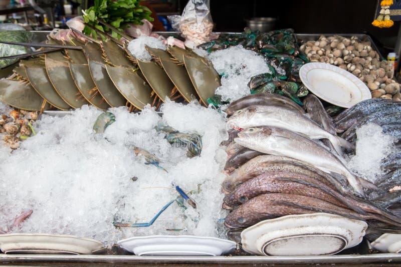 pila de cangrejos que nadan azules frescos en mercado de los mariscos Fondo fresco de los mariscos foto de archivo