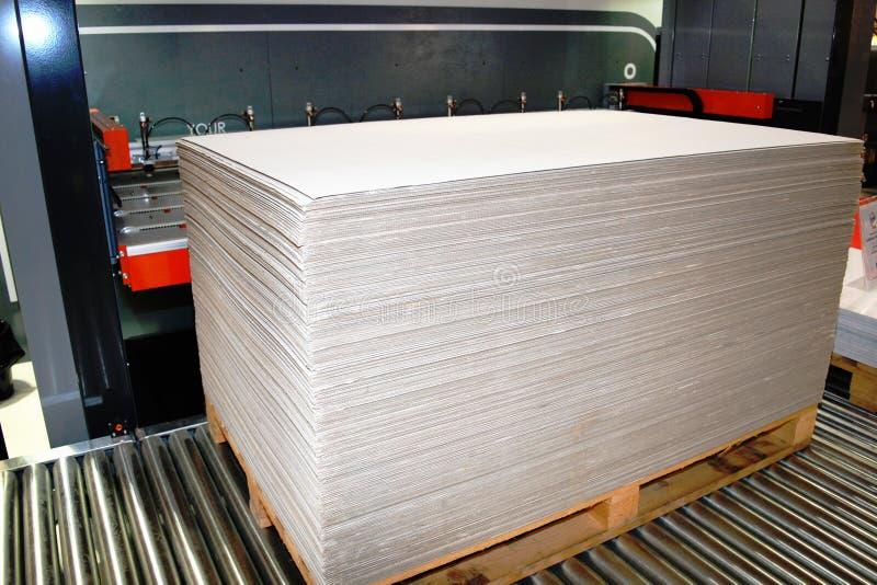 Pila de cartulina que se procesará automáticamente foto de archivo