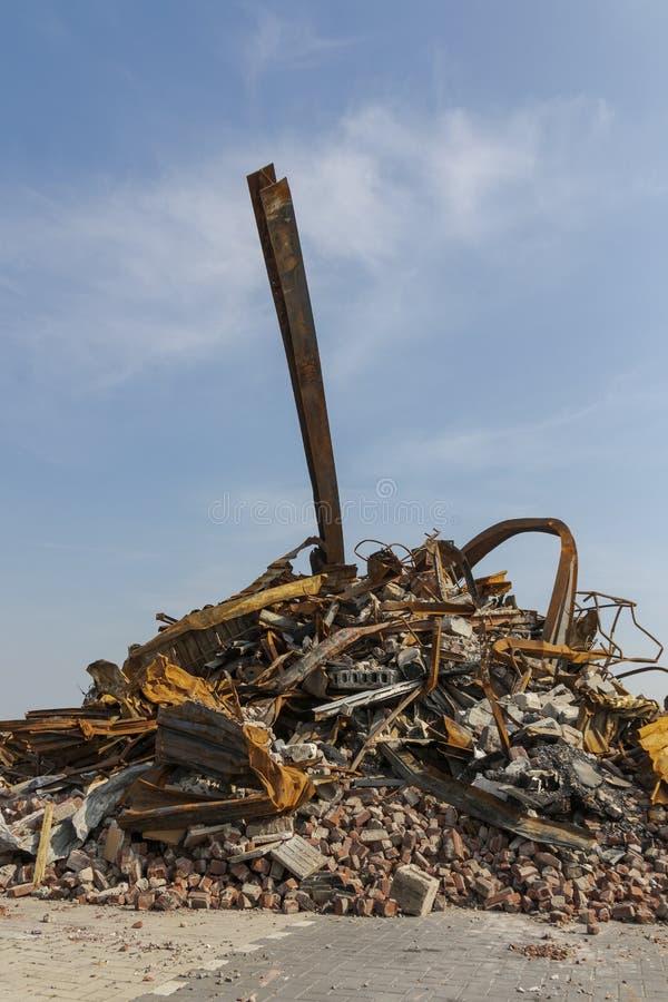 Pila de chatarra, de ladrillos y de hormigón quemados foto de archivo