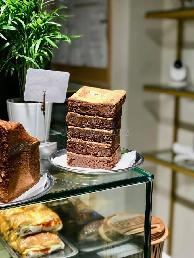 Pila de chocolate Brownie Pieces en la tienda del café fotografía de archivo libre de regalías