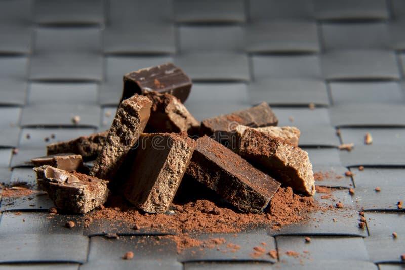 Pila de chocolate en superficie diseñada ajustada foto de archivo libre de regalías