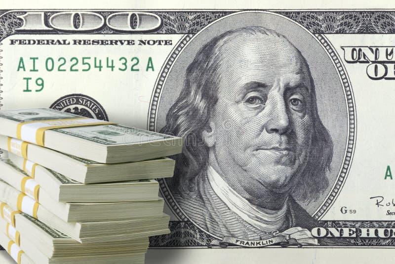 Pila de cientos billetes de dólar con una cuenta grande en el backg fotografía de archivo libre de regalías