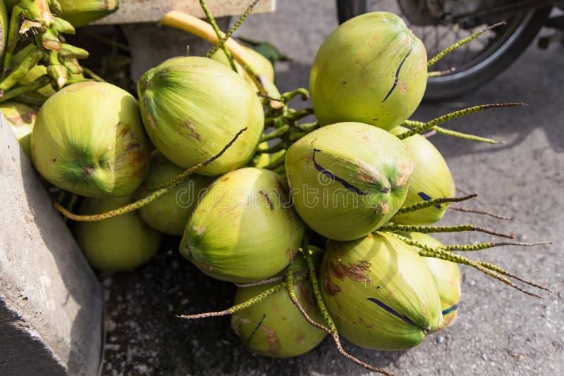 Pila de cocos verdes frescos tailandia imágenes de archivo libres de regalías