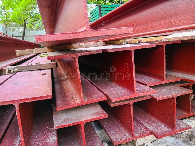 Pila de color rojo de la pintura del haz de acero que se prepara para la estructura foto de archivo