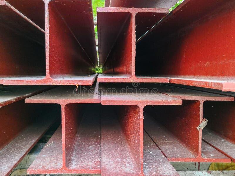 Pila de color rojo de la pintura del haz de acero que se prepara para la estructura imagenes de archivo