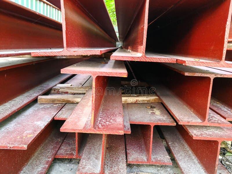 Pila de color rojo de la pintura del haz de acero que se prepara para la estructura imagen de archivo
