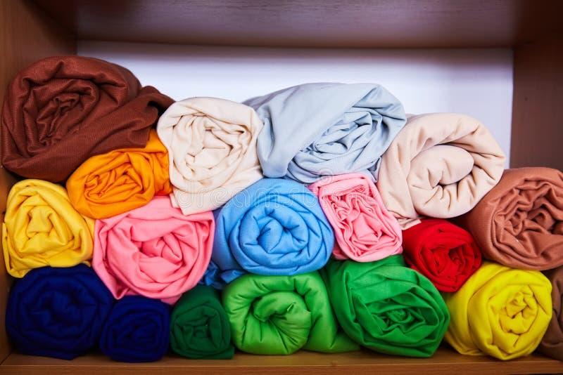 Pila de colorido vibrante rodado encima de la materia textil del paño grueso y suave fotos de archivo