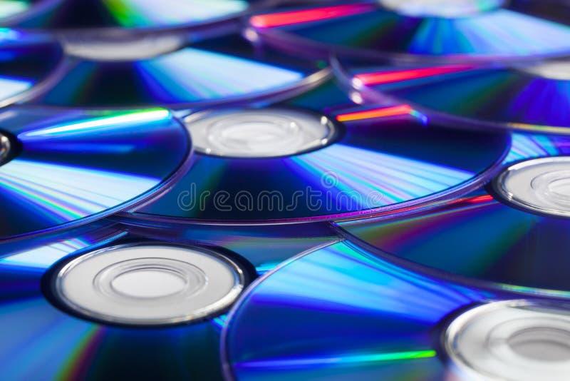 Pila de compact-disc CD y de DVDs imagen de archivo libre de regalías