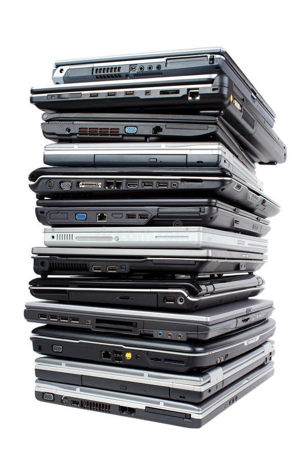 Pila de computadoras portátiles foto de archivo libre de regalías