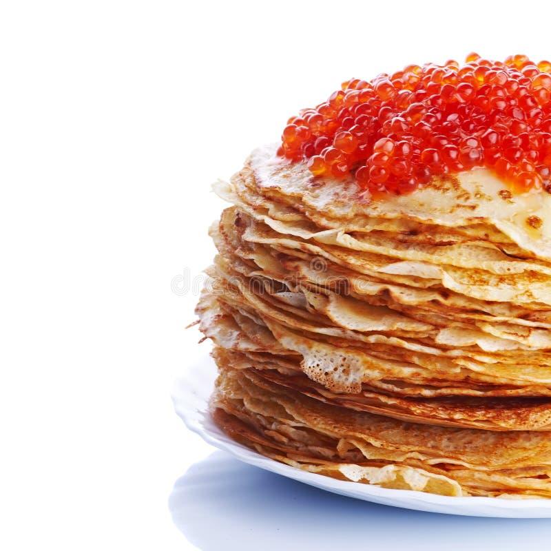 Pila de crepes con el caviar rojo foto de archivo
