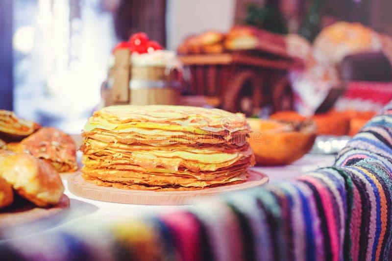 Pila de crepes del aire en un dinette de madera, una familia tradicional de la comida crepes del color de oro foto de archivo